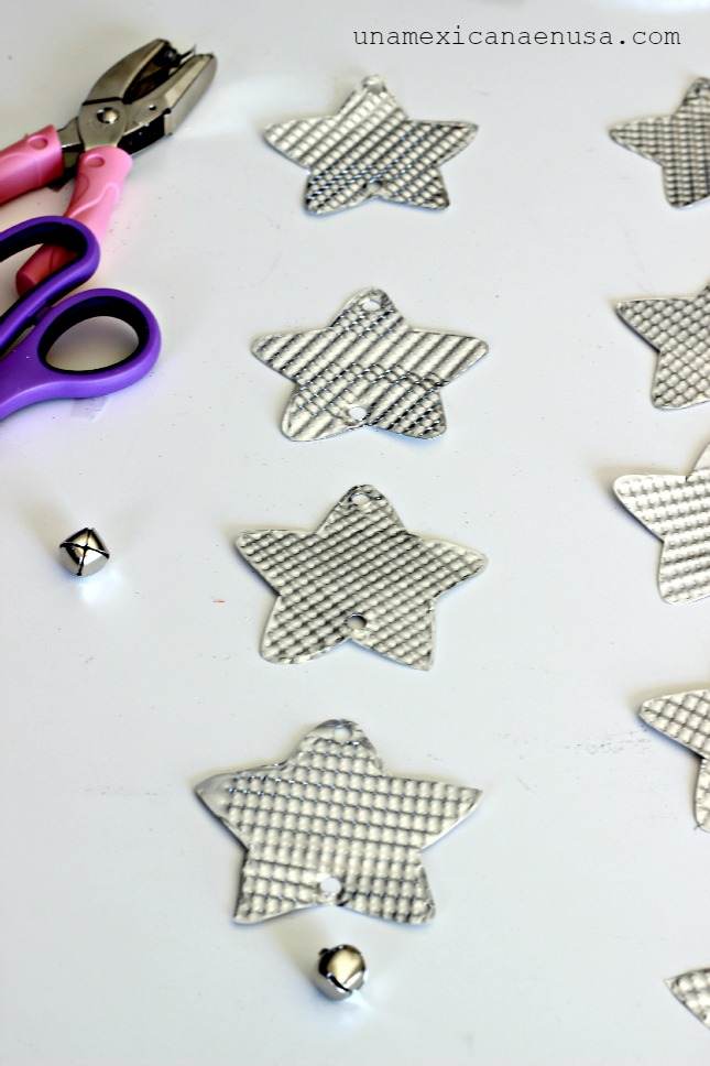 Make your own Holiday silver stars mobile by www.unamexicanaenusa.com
