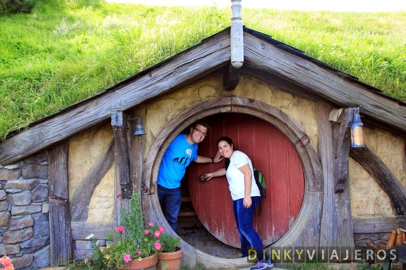 Alicia y Víctor entran en un agujero hobbit
