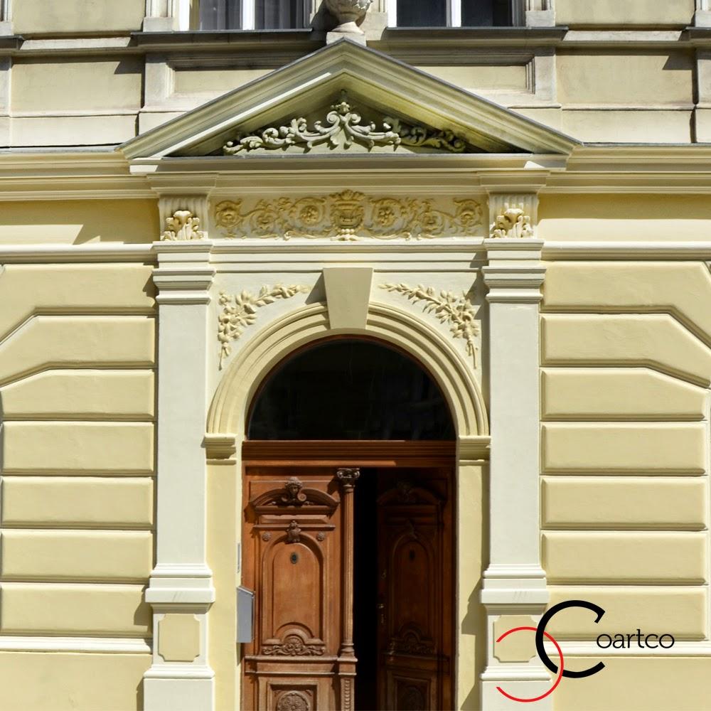 case clasice cu intrari cu fronton din polistiren si panouri decorative piatra de bosaj