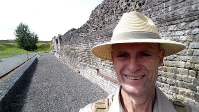 Au cours du 3ème siècle, des fortifications furent baties tout autour du forum et de la basilique de Bavay pour les protéger des invasions des barbares venus du Nord.