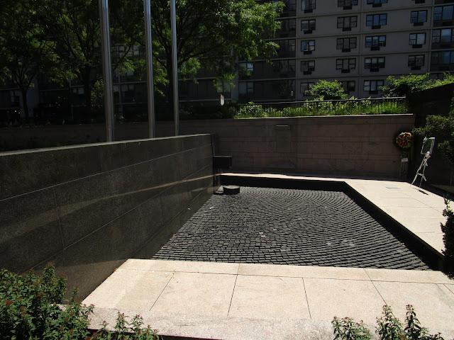 Памятник всем полицейским Нью-Йорка погибшим во время исполнения обязанностей. Хадсон-Ривер Парк, Нью-Йорк (Hudson River Park, NYC)