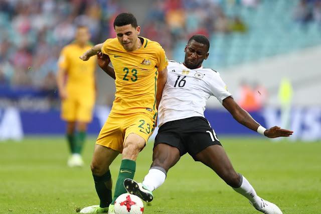 Tommy Rogic de Australia disputa el balón con Antonio Rüdiger de Alemania en el duelo entre ambos países en la Copa Confederaciones 2017