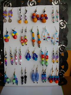 Όλα τα σκουλαρίκια είναι φτιαγμένα με κηροκλωστές ή πετονιά με πολύχρωμες  χάντρες απο fimo aac19f04d9f