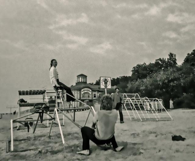 "1987 год. Юрмала. Майори. На качелях. На втором плане курортная поликлиника ""Rīgas Jūrmala"" (автор фото: Константин Петров / quadrat2)"