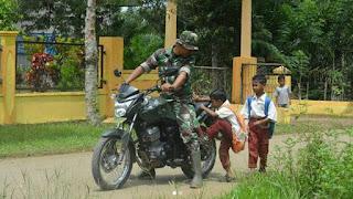 Kisah Prajurit TNI yang Antar Pulang Siswa SD di Daerah Pedalaman
