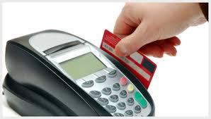 Menggunakan kartu kredit untuk berbelanja