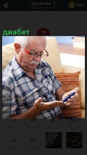 У мужчины диабет, поэтому он глюкометром производит измерение