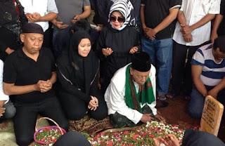 Penggali Makam Kwalahan Gali Kubur Jenazah Istri Tukul, Ternyata Ini Penyebabnya