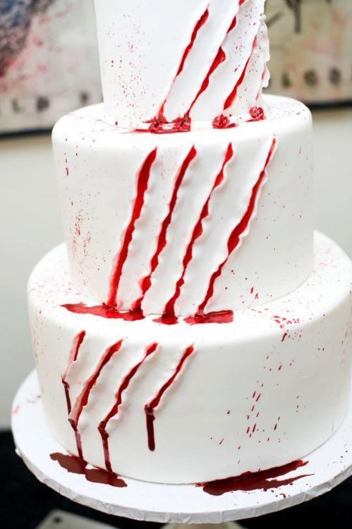 Halloween Vampire Scratch Cake ideas. Easy DIY cake recipes for Halloween party. 18 Halloween food for party and dessert table decoration. Best spooky dessert ideas. Creepy Halloween cake ideas for treat. Easy Halloween cake decoration ideas.