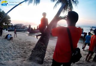 wisatawan karimunjawa berfoto selfie