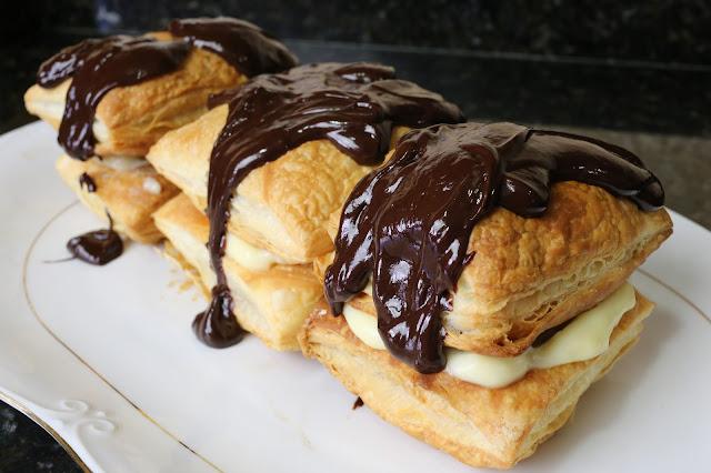 Milhojas con crema y chocolate fundido
