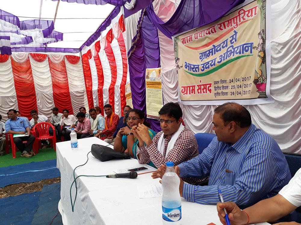 Labor-Commissioner-Shobhit-Jain-participated-in-the-village-sansad-श्रम आयुक्त शोभित जैन ने ग्राम संसद में सहभागिता की