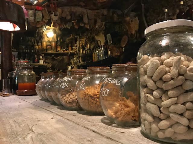 Botes de aperitivos sobre la barra de un bar