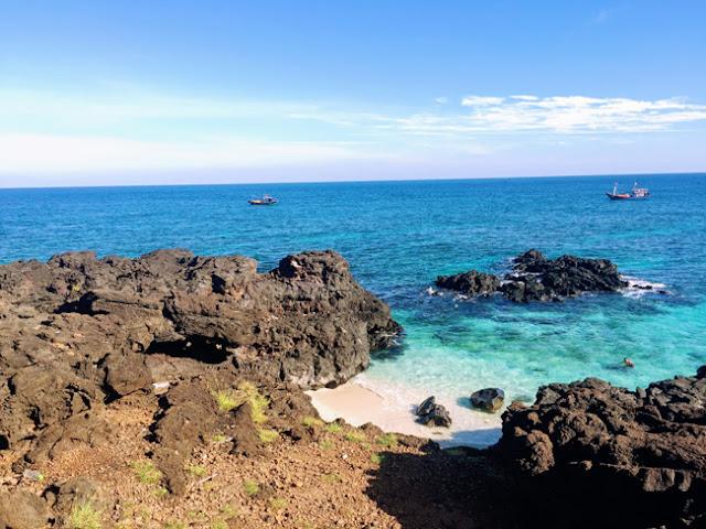 Đảo sạch sẽ, hoang sơ và đẹp mê hồn, cuốn hút rất nhiều du khách ghé thăm.