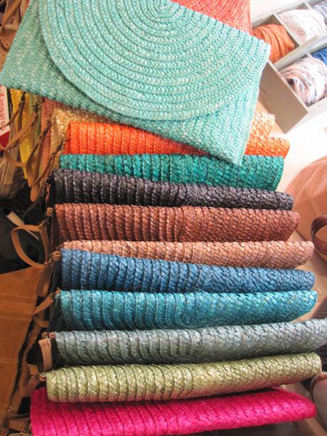 Carteras de rafia en colores surtidos