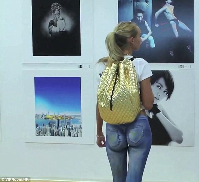 Modelo camina por Hong Kong con pantalón pintado