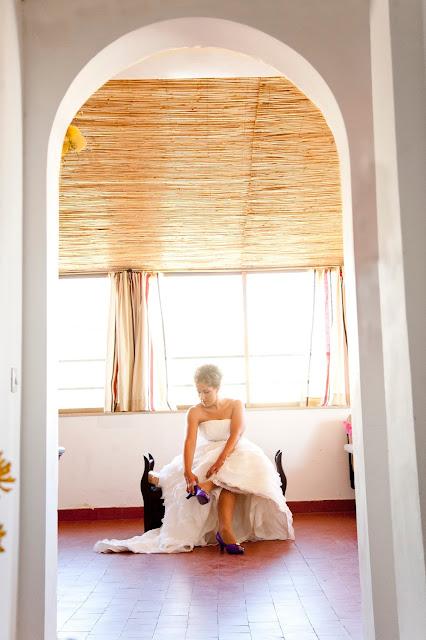 Yo fui una novia con zapatos y ramo morados Foto 35mm Fotógrafas