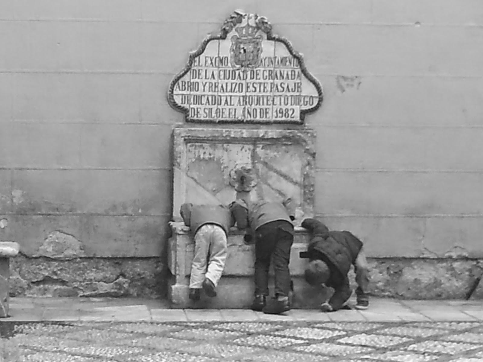 Meninos em frente a fonte de água em Granada, na Espanha -