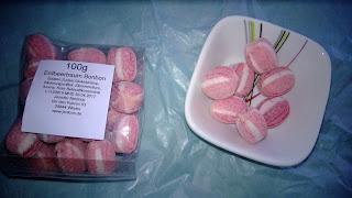 Rote Bonbons mit weißen Streifen und Erdbeer Geschmack