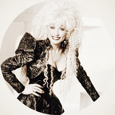 """Biografi Dolly Parton         Mempunyai nama asli Dolly Rebecca Parton dan lebih dikenal dengan nama Dolly Parton, lahir di Sevierville, Tennesse, Amerika Serikat, pada tanggal 19 Januari 1946. Suaminya bernama Carl Thomas Dean (m 1966), dia berkecimpung didunia film dan musik sejak tahun 1964. Dia anak ke 4 dari 12 bersaudara, ayahnya bernama Robert Lee Parton adalah seorang petani dan pekerja konstruksi, ibunya bernama Avie Lee, dia dilahirkan ditengah-tengah keluarga yang sangat miskin. Selain sebagai penyanyi, dia juga berprofesi sebagai seorang aktris, penulis lagu, produser, musisi dan eksekutif bisnis. Warna musiknya bergenre country, country pop, pop, blue grass dan gospel. Pernah membintangi beberapa film diantaranya adalah Joy Ful Noise, Steel Magnolias, Rhines Stone, Gnomeo & Yuliet dan Frank Mc Klusky C1. Dolly Parton memulai karirnya sebagai pembawa acara anak di Cas Walker, di acara radio, kemudian menginjak usia 13 tahun sudah berhasil merekam single komersial pertamanya dengan menulis lagu untuk Bill Phillips dan Kitty Wells.  Parton meluncurkan karir solo pada tahun 1967, dan meskipun ia bermitra dengan Porter Wagoner untuk acara televisi 1967-1975, dia tetap terutama tindakan solo. (Itu untuk Wagoner yang Parton mendedikasikan yang populer """"Aku Selalu Will Love You."""") Dia"""