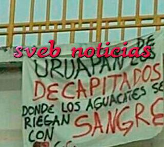 Dejan colgadas en puentes peatonales dos narcomantas en Uruapan Michoacan