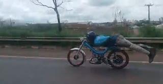 """Jovem é detido após flagra em manobra conhecida como """"Superman"""" enquanto pilotava ciclomotor; veja vídeo"""