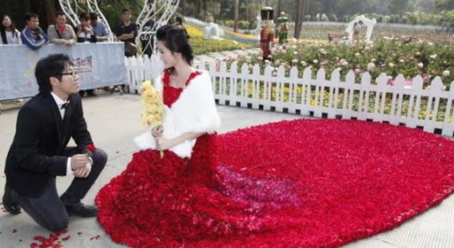 قدم لزوجته فستان   مصنوع من 9999 زهرة في عيد الحب ROSES-DRESS-01.jpg