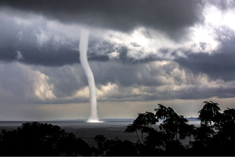 The 100 best photographs ever taken without photoshop - Waterspout on Lake Victoria, Uganda