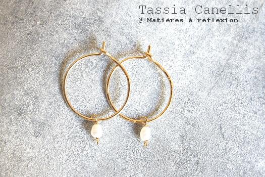 mini-créoles bijoux dorées Tassia Canellis boucles perles de nacre