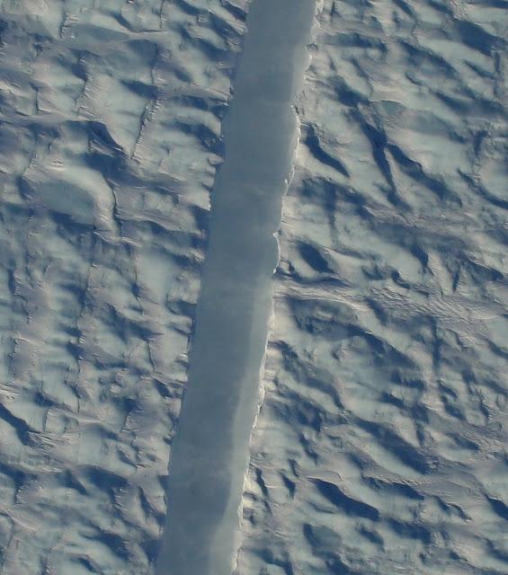 NASA опубликовало фотографию трещины в одном из самых крупных ледников Гренландии