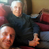 Padre enferma de Alzheimer y olvida a toda la familia – pero la genial idea del hijo lo cambia todo