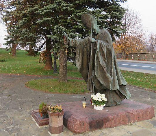 Pomnik Jana Pawła II upamiętniający kanonizację św. Jana z Dukli.
