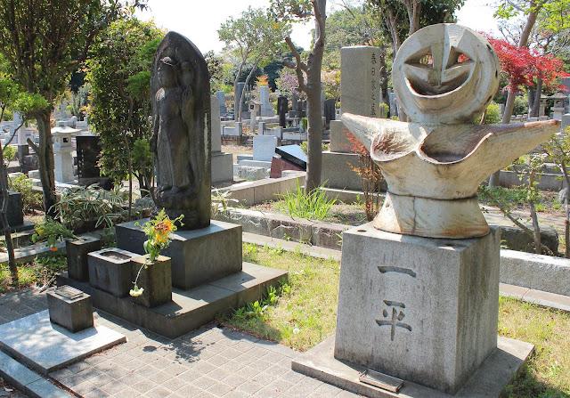 「明日の神話」に記念館にお墓も??東京で見れる岡本太郎の作品9つ【a】  多磨霊園 岡本家の墓 「顔」「午後の日」