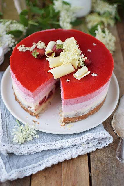 Erdbeer-Holunderblüten-Joghurt-Torte aus dem Knusperstübchen