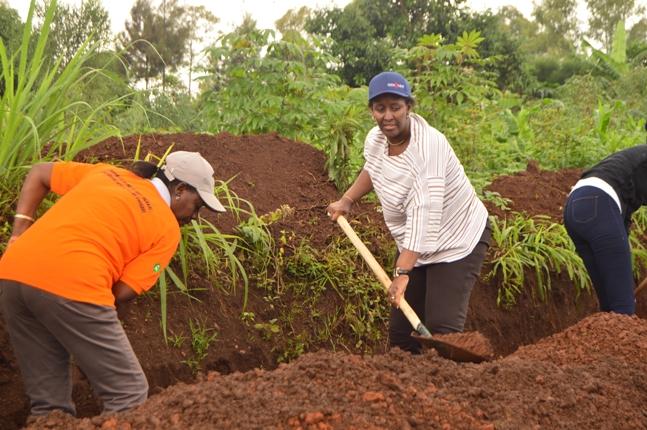Madamu Jeannette Kagame nawe yakoranye umuganda n'abanya Kayonza