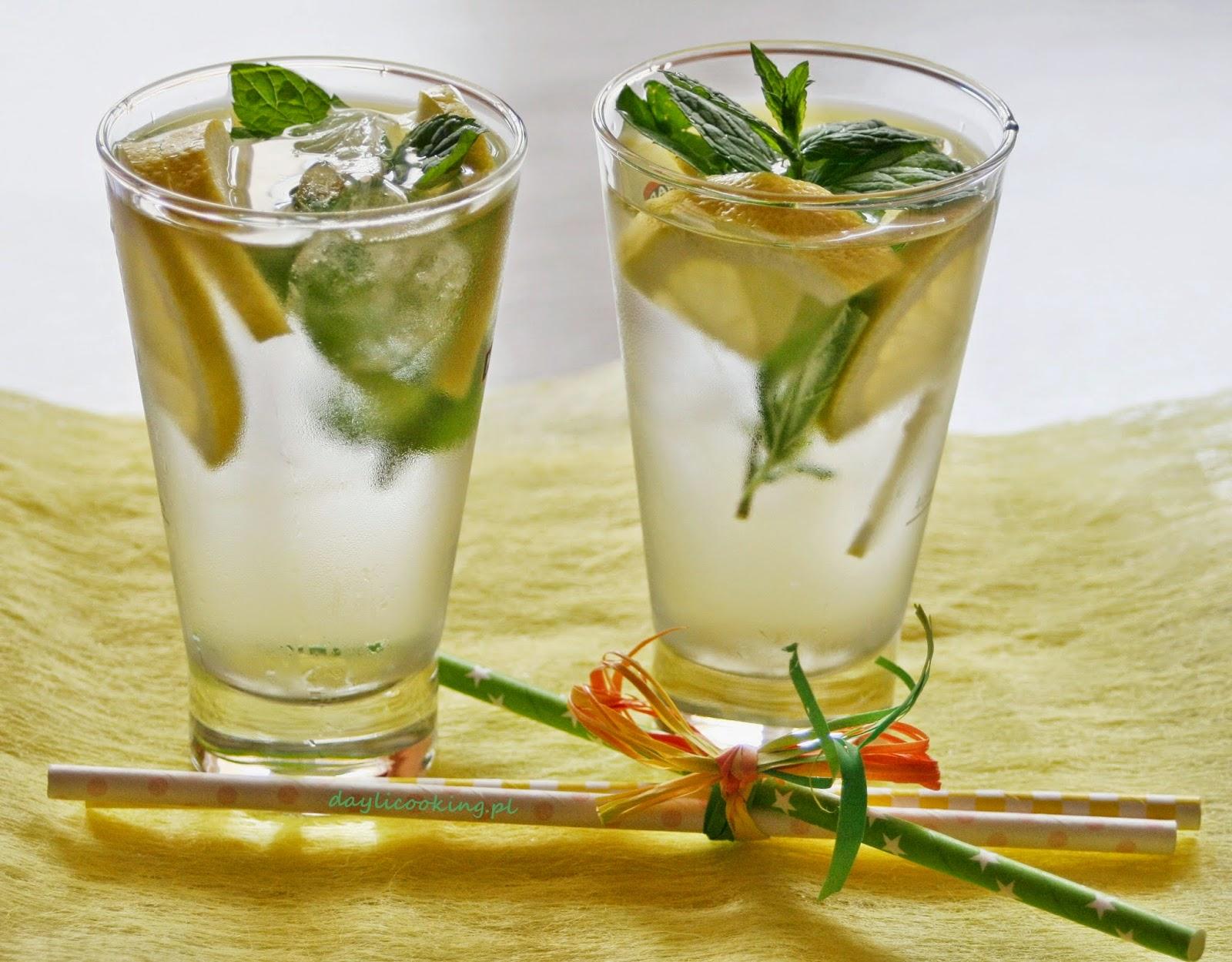Błyskawiczny orzeźwiający napój z cytryną i świeżą miętą