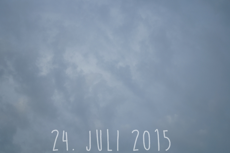 Blog + Fotografie by it's me! - wolkenverhangener Sommerhimmel am 24. Juli 2015