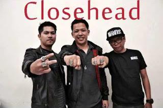 Biografi Closehead   Closehead dibentuk pada tanggal 18 Januari 1997 , bermula dari ide sekelompok anak muda penuh semangat yang menyukai musik yang beraliran Melodic Punk, maka terbentuklah sebuah band yang bernama Closehead.  Pada awal terbentuknya Closehead, banyak dipengaruhi oleh band-band luar yang bergenre Melodic Punk seperti Not Available, MXPX, Blink 182, dan band lainnya. Seiring dengan berjalannya waktu, Closehead mulai menciptakan lagu-lagunya sendiri dengan harapan semua orang dapat menerima lagu-lagu yang mereka ciptakan.  Dalam perkembangannya untuk menciptakan suatu band yang solid, Closehead banyak melakukan beberapa perombakan dalam segi formasi band. Terhitung selama kurang lebih 6 tahun telah, terjadi pergantian personil sebanyak 5 kali, yang membuat musikalitas mereka berkembang menuju titik yang solid.