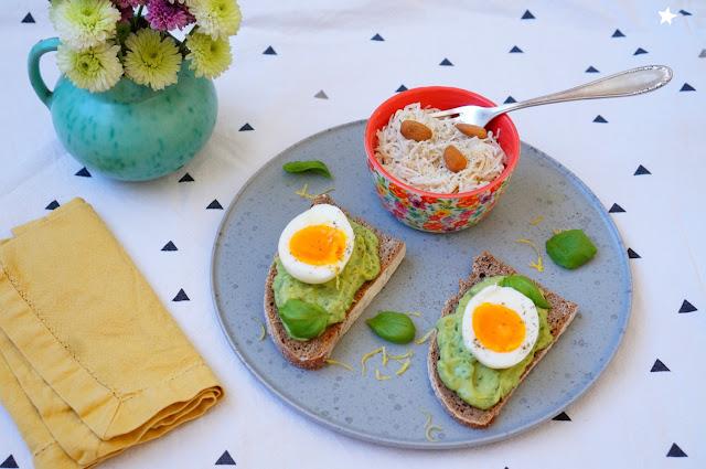 assiette végétale complète salade radis toast avocat basilic manger sain vegétarien