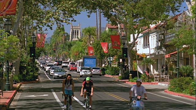 Sobre a rua State Street em Santa Bárbara