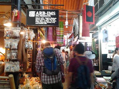 "<a href=""url gambar""><img alt=""catuchak weekend market bangkok thailand"" src=""urlgambar"" title=""catuchak weekend market bangkok thailand"" />"