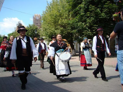 desfile con trajes típicos de Rumanía