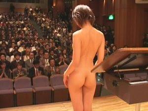 Tampilan Konser Orkestra Wanita Tanpa Busana di Jepang
