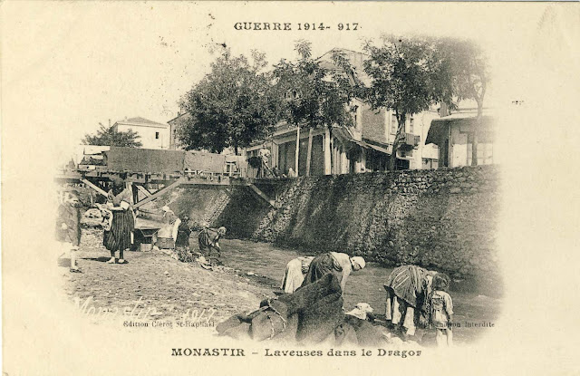 Washerwomen in the river Dragor. Publisher Clerot St.Raphael of 1917. This is one of the frequent motifs of French photos and postcards from the First World War.
