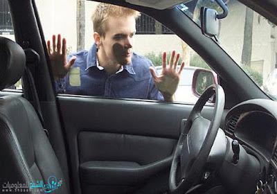 مفتاح سيارتك ضاع منك ولا تعرف كيف تفتح باب السيارة..إليك خمسة طرق لفتح باب السيارة بدون مفتاح