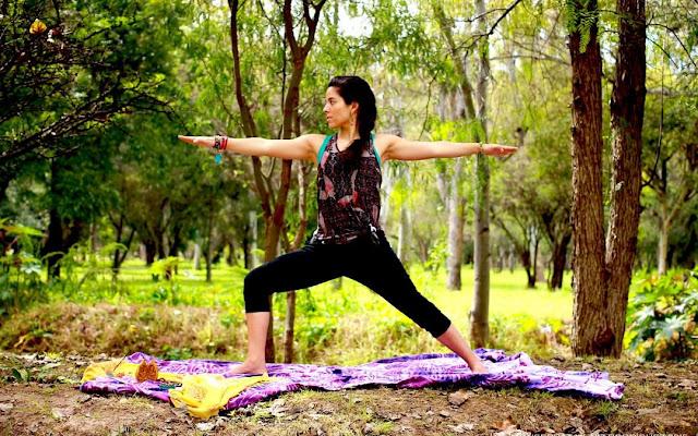 La postura Virabhadrasana 2, tener los pies bien enraizados a la tierra, las manos preparadas para atacar y la mirada fija en el objetivo 🙏