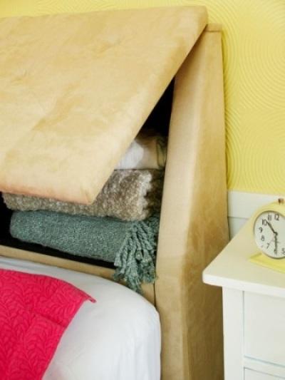 Headboard (sandaran atau bagian kepala tempat tidur) bisa menyediakan ruang penyimpanan tambahan di kamar tidur.