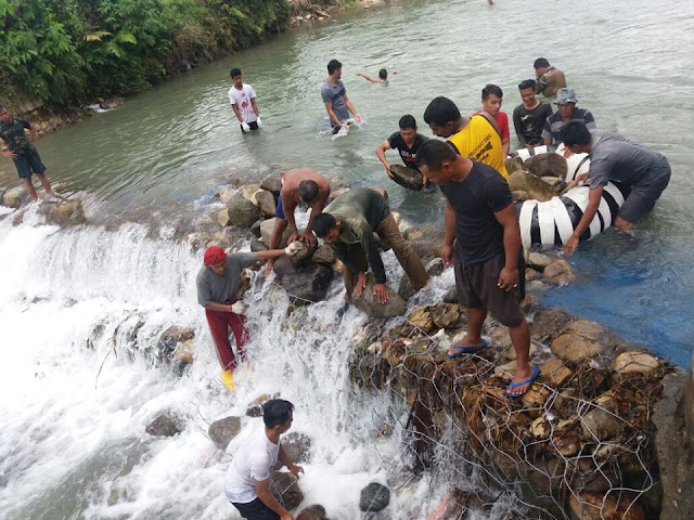 TNI dan Warga Goro Perbaiki Tanggul Irigasi Jebol di Anduriang