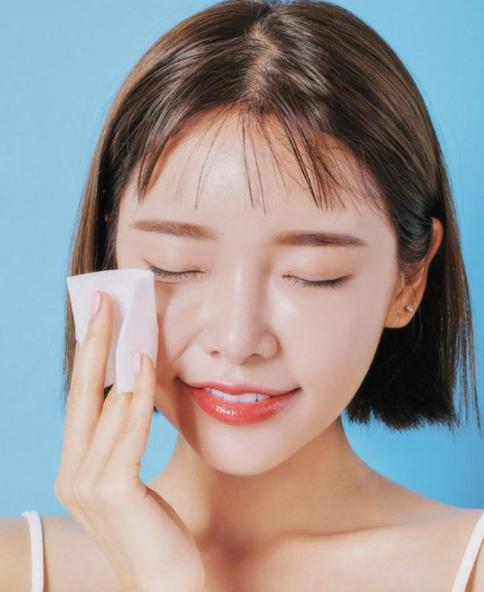 merawat dan membersihkan kulit wajah