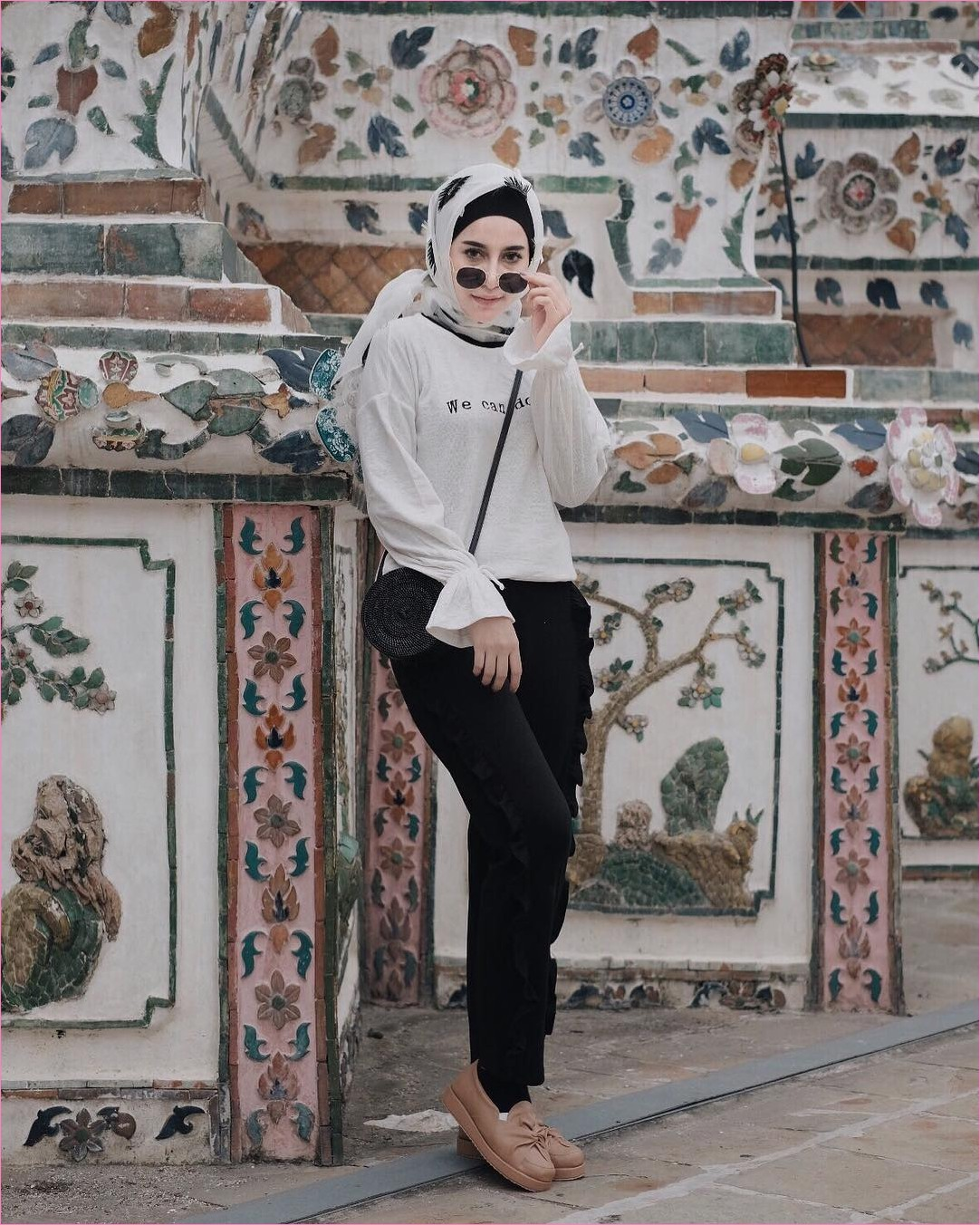 Outfit Baju Hijab Casual Untuk Kuliah Ala Selebgram 2018 top blouse lengan terompet lebar hijab square bermotif bunga putih ciput rajut kacamata longpants sling bags kaos kaki flatshoes lace ups coklat tua gaya casual kain sutra katun rayon ootd 2018 outfit selebgram keramik pohon